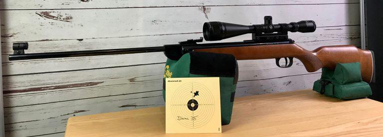 Diana 35 Commemorative mit Bullseye Zielfernrohr und Zielscheibe auf Caldwell Cadcu Gewehrunterlage