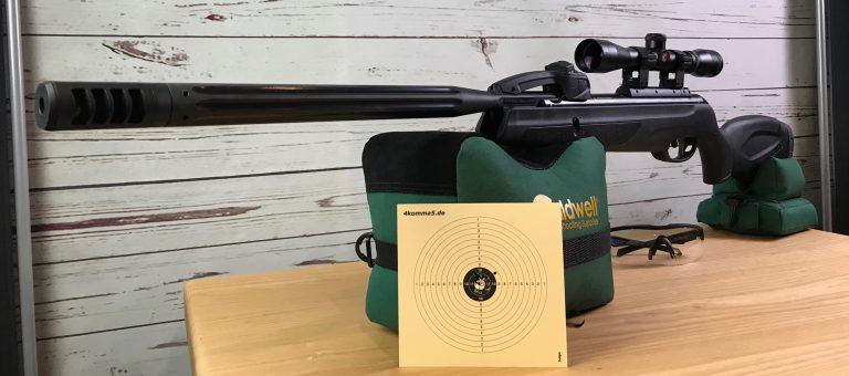 Gamo Replay 10 Luftgewehr mit Zielfernrohr und Schussbild auf Caldwell Cadcu abgelegt