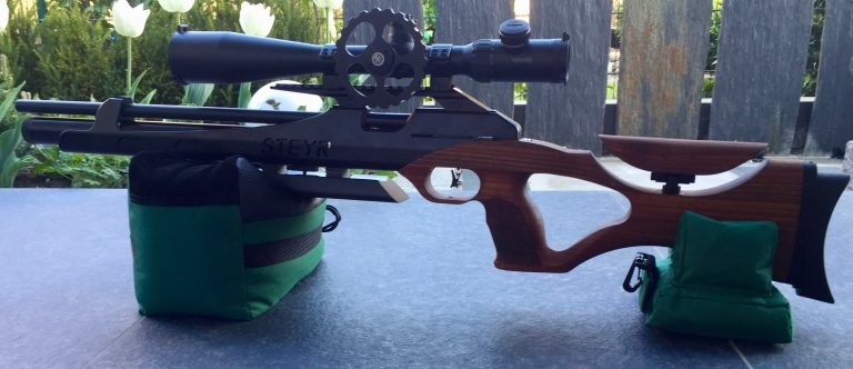 Steyr Sport LG110 HFT Hunting mit Hawke Airmax 8-32x50 SF Zielfernrohr auf Caldwell Cadcu Gewehrunterlage