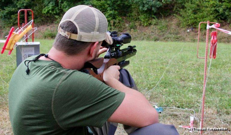 AirGhandi mit der Steyr LG110 HFT Hunting im Anschlag beim Field Target Wettkampf in Ebern