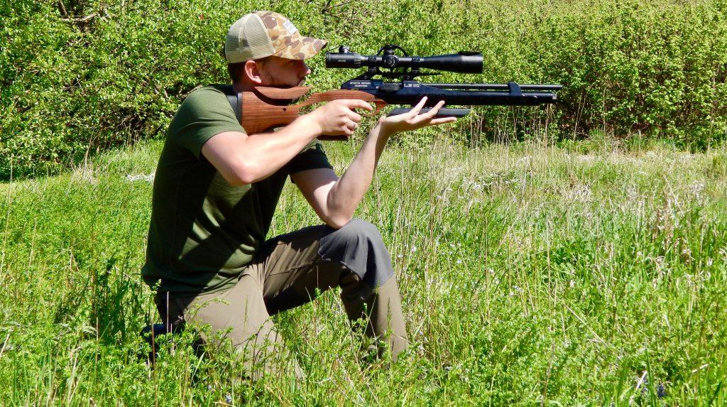 AirGhandi im knienden Anschlag mit Steyr LG110 HFT Hunting und Hawke Airmax 8-32x50 Zielfernrohr
