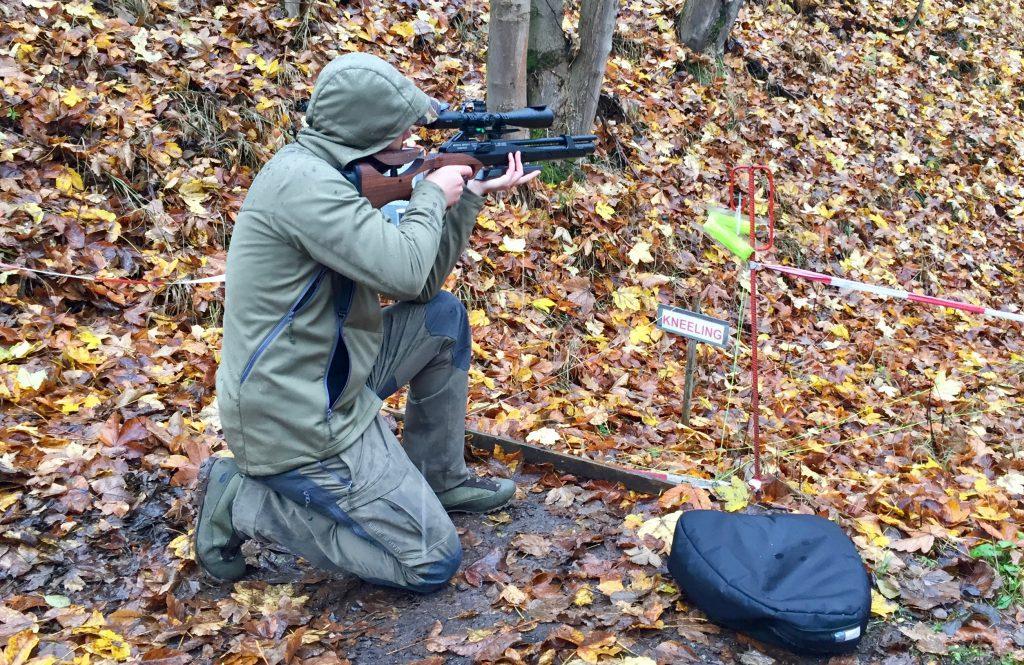 AirGhandi im knienden Anschlag mit der Steyr LG110 HFT Hunting und einem Hawke 8-32x50 SF Zielfernrohr