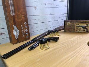 Die Legends Cowboy rifle und der Single Action Army Colt Peacemaker
