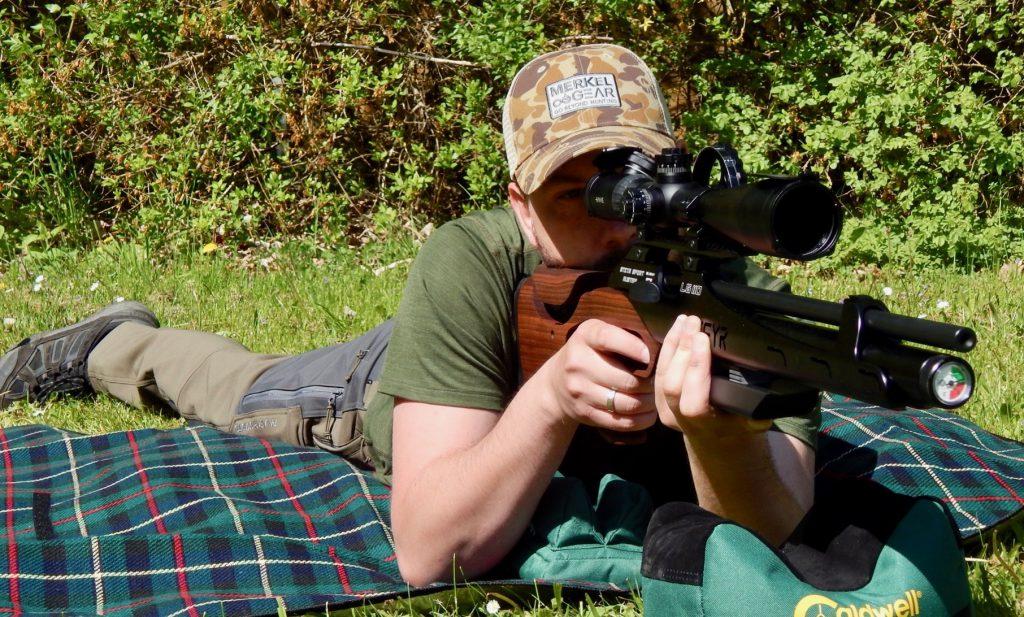 AirGhandi im Anschlag mit der Steyr LG110 HFT Hunting mit Hawke Airmax 8-32x50 SF Zielfernrohr