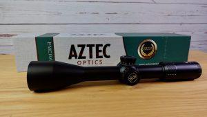 Aztec Optics Emerald 5,5-25x50 Zielfernrohr SFP mit Umkarton seitliche Ansicht