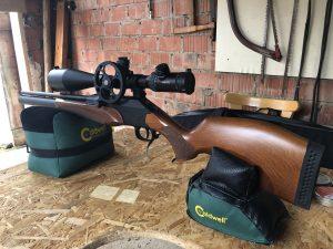 Diana P1000 Evo 2 mit Hawke Sidewinder 10-50x60 Zielfernrohr aufgelegt auf einer Caldwell Cadcu Gewehrunterlage