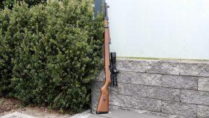 Mauser K98 PCP mit Hawke Airmax 6-24x50 Compact Zielfernrohr an Hecke abgestellt