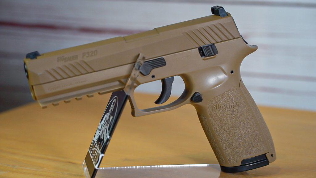 Sig Sauer P320 Co2 Pistole schräg hinten unten RPM Kettenmagazin offen