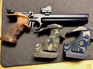 Steyr LP50RF mit verschiedenen Schichtholzgriffen