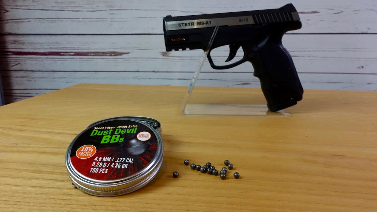 H&N Dust Devil BBs 4,5mm .177 Kaliber mit Steyr M9-A1 9x19 im Hintergrund