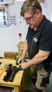 Thomas Rink beim montieren eines Schafts für eine Weihrauch HW45