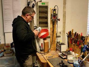 Thomas Rink bearbeitet den Pistolengriff der Steyr LP50RF