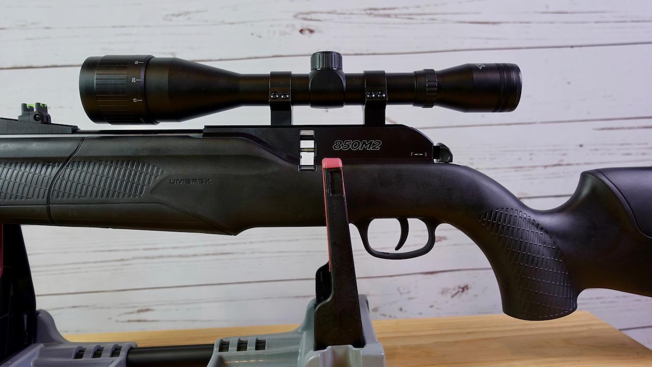 Umarex 850 M2 Magazinschacht und mitgeliefertes Walther 6x42 Zielfernrohr montiert