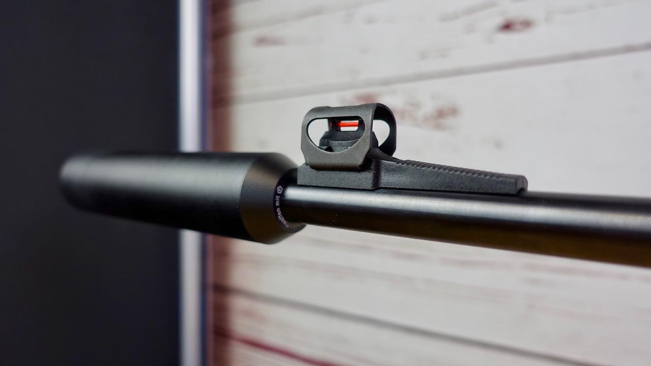 Umarex 850 M2 Fiberglas Korn und montierter Schalldämpfer