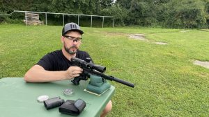 Weihrauch HW 44 AirGhandi schiebt das Trommelmagazin in die Pistole