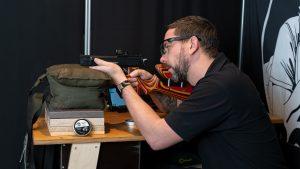 Weihrauch HW45 Pistolen Karabiner AirGhandi beim Schießen