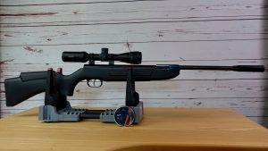 Weihrauch HW30K mit Hawke Vantage 2-7x32 Zielfernrohr auf einer Gewehr Ablage