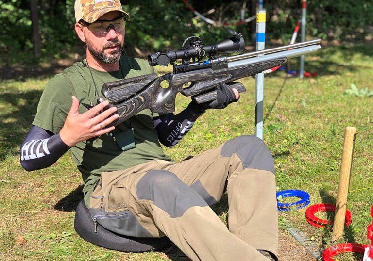 Andi präsentiert das Gewehr